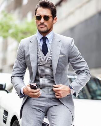 Как и с чем носить: серый костюм, серый жилет в шотландскую клетку, голубая классическая рубашка, темно-синий галстук