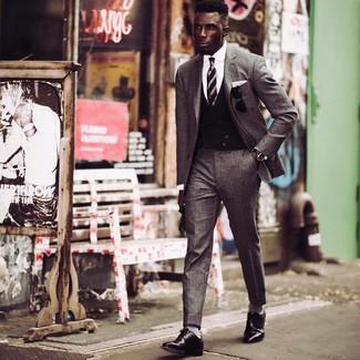 Как и с чем носить: серый шерстяной костюм, черный жилет, белая классическая рубашка, черные кожаные туфли дерби