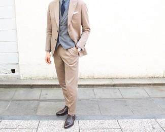 Как и с чем носить: светло-коричневый костюм, серый жилет в шотландскую клетку, голубая классическая рубашка, темно-коричневые кожаные оксфорды