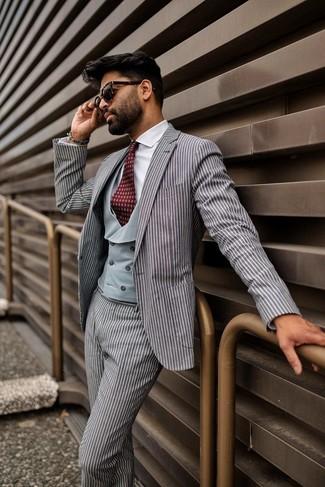 Как и с чем носить: серый костюм в вертикальную полоску, серый жилет, белая классическая рубашка, темно-красный галстук с принтом