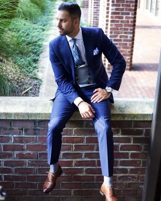 Как и с чем носить: синий костюм, серый жилет, белая классическая рубашка, коричневые кожаные оксфорды