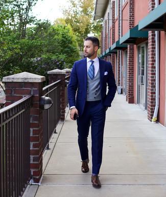 Как и с чем носить: темно-синий костюм, серый жилет, белая классическая рубашка, темно-коричневые кожаные оксфорды