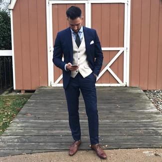 Как и с чем носить: темно-синий костюм, бежевый жилет, голубая классическая рубашка, коричневые кожаные оксфорды