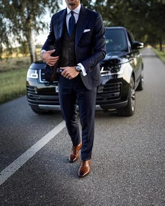 Как и с чем носить: темно-синий костюм в вертикальную полоску, темно-коричневый жилет, белая классическая рубашка, коричневые кожаные броги