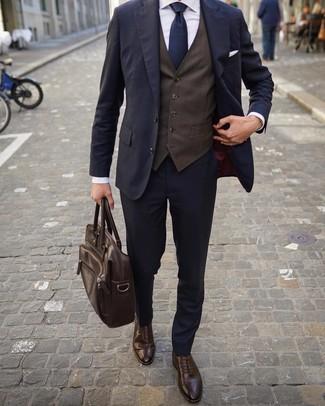 Как и с чем носить: темно-синий костюм, темно-коричневый жилет, белая классическая рубашка, темно-коричневые кожаные броги