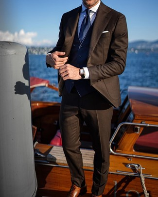 Как и с чем носить: темно-коричневый костюм, темно-синий жилет, белая классическая рубашка, коричневые кожаные оксфорды