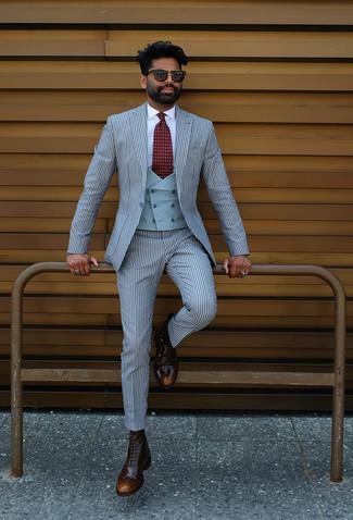 Модный лук: голубой костюм в вертикальную полоску, голубой жилет, белая классическая рубашка, темно-коричневые кожаные ботинки броги