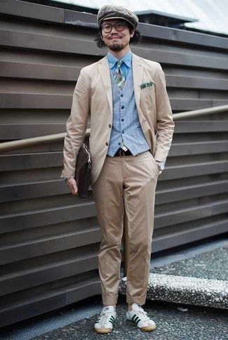 Голубой жилет: с чем носить и как сочетать: Несмотря на то, что это классический лук, ансамбль из голубого жилета и бежевого костюма всегда будет по душе стильным мужчинам, пленяя при этом сердца барышень. Создать интересный контраст с остальными составляющими этого образа помогут бело-зеленые кожаные низкие кеды.