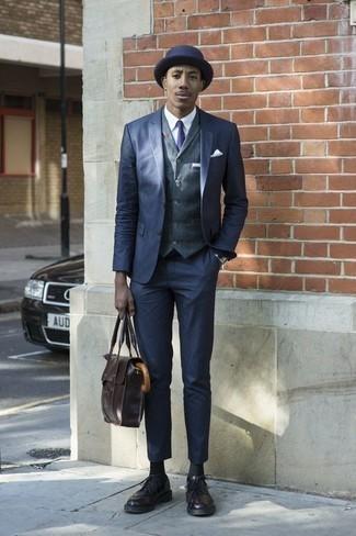 Модные мужские луки 2020 фото: Темно-синий костюм в сочетании с темно-синим жилетом поможет создать стильный и мужественный ансамбль. Любишь дерзкие сочетания? Тогда закончи свой лук темно-пурпурными кожаными брогами.