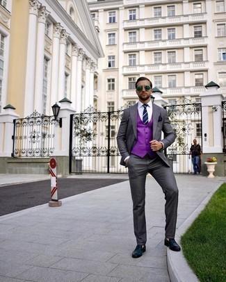 С чем носить пурпурный жилет: Несмотря на то, что этот лук довольно классический, ансамбль из пурпурного жилета и темно-серого костюма приходится по душе стильным мужчинам, а также пленяет дамские сердца. Пара темно-синих кожаных лоферов добавит облику расслабленности и дерзости.