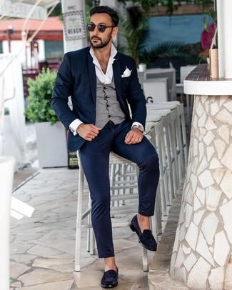 Как и с чем носить: темно-синий костюм, серый жилет, белая рубашка с длинным рукавом, темно-синие замшевые лоферы