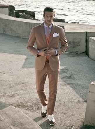 Как и с чем носить: светло-коричневый костюм, оранжевый кардиган, голубая классическая рубашка, бело-коричневые кожаные броги