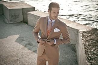Как и с чем носить: светло-коричневый костюм, табачный кардиган, бело-синяя классическая рубашка в вертикальную полоску, коричневый шерстяной галстук