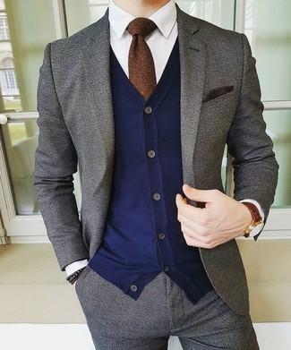 Как и с чем носить: серый шерстяной костюм, темно-синий кардиган, белая классическая рубашка, темно-коричневый галстук