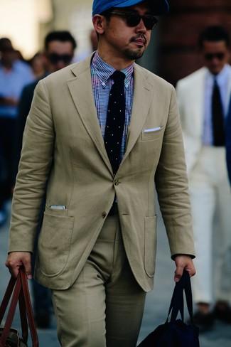 Как и с чем носить: бежевый костюм, синяя классическая рубашка в мелкую клетку, оливковая большая сумка из плотной ткани, синяя бейсболка
