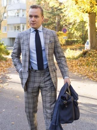 Модные мужские луки 2020 фото в деловом стиле: Несмотря на то, что этот ансамбль довольно классический, образ из серого костюма в шотландскую клетку и голубой классической рубашки всегда будет нравиться стильным молодым людям, неизменно пленяя при этом дамские сердца.