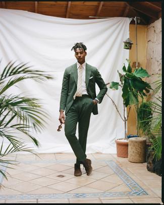 Как и с чем носить: темно-зеленый костюм из жатого хлопка, белая классическая рубашка, темно-коричневые замшевые ботинки дезерты, бежевый галстук с принтом