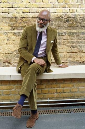 Как и с чем носить: оливковый вельветовый костюм, розовая классическая рубашка, коричневые замшевые ботинки дезерты, темно-синий галстук с геометрическим рисунком