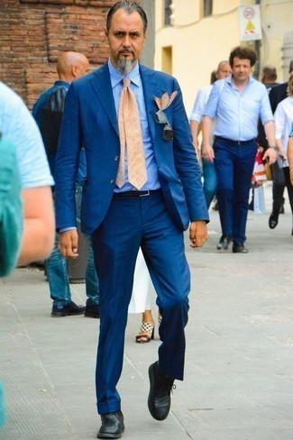 Модный лук: синий костюм, голубая классическая рубашка в вертикальную полоску, черные кожаные ботинки дезерты, оранжевый галстук с принтом