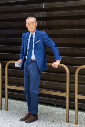 Как одеваться мужчине за 60: Несмотря на то, что это довольно-таки консервативный ансамбль, лук из синего костюма и голубой классической рубашки всегда будет выбором современных джентльменов, пленяя при этом дамские сердца. Этот лук идеально дополнят темно-коричневые замшевые ботинки дезерты.