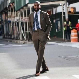 С чем носить темно-коричневые замшевые ботинки дезерты: Темно-коричневый костюм в паре с белой классической рубашкой поможет составить выразительный мужской образ. Заверши образ темно-коричневыми замшевыми ботинками дезертами, если не хочешь, чтобы он получился слишком вычурным.