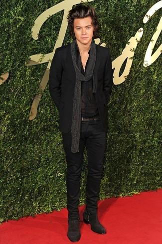 Как Harry Styles носит Черный костюм, Черная классическая рубашка, Темно-коричневые замшевые ботинки челси, Черный шарф в горошек