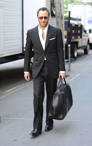 Как и с чем носить: черный костюм, белая классическая рубашка, черные кожаные ботинки челси, черная кожаная дорожная сумка