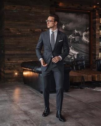 Черные кожаные ботинки челси: с чем носить и как сочетать мужчине: Несмотря на то, что это весьма сдержанный лук, тандем темно-серого костюма и белой классической рубашки неизменно нравится джентльменам, а также покоряет дамские сердца. черные кожаные ботинки челси добавят луку легкой небрежности и динамичности.