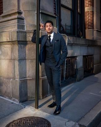 С чем носить темно-сине-зеленый костюм в шотландскую клетку: Темно-сине-зеленый костюм в шотландскую клетку и белая классическая рубашка — это один из тех мужских луков, от которого у барышень просто захватывает дух. Если ты любишь более удобную обувь, лучше остановить свой выбор на черных кожаных ботинках челси.