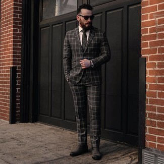 С чем носить темно-серый галстук в шотландскую клетку мужчине: Несмотря на то, что это классический ансамбль, лук из темно-серого костюма в шотландскую клетку и темно-серого галстука в шотландскую клетку неизменно нравится джентльменам, пленяя при этом сердца прекрасных дам. Дополнив ансамбль темно-серыми замшевыми ботинками челси, можно привнести в него свежую нотку.