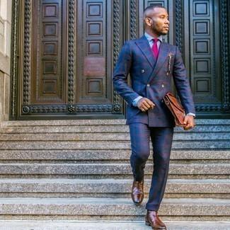С чем носить коричневые кожаные ботинки челси мужчине: Несмотря на то, что этот ансамбль довольно классический, тандем темно-синего костюма в шотландскую клетку и голубой классической рубашки из шамбре всегда будет по душе стильным мужчинам, непременно пленяя при этом сердца женщин. И почему бы не разбавить образ с помощью коричневых кожаных ботинок челси?