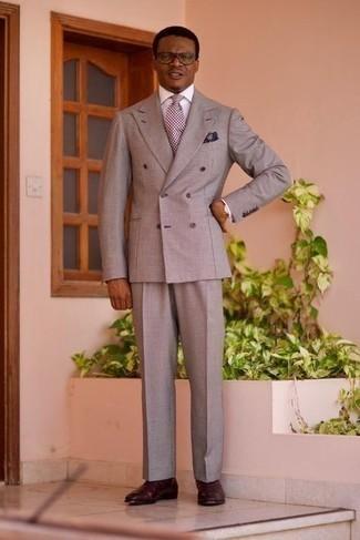 С чем носить серый костюм: Серый костюм в паре с белой классической рубашкой — великолепный пример элегантного стиля. Чтобы лук не получился слишком строгим, можно завершить его темно-красными кожаными ботинками челси.