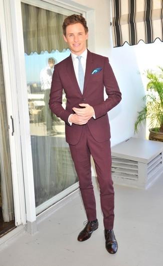 Как и с чем носить: темно-красный костюм, белая классическая рубашка, темно-коричневые кожаные броги, голубой галстук