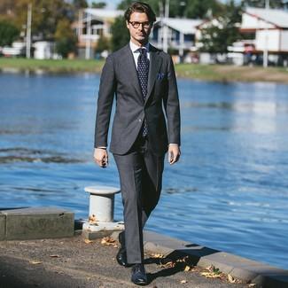 Как и с чем носить: темно-серый костюм, белая классическая рубашка, темно-синие кожаные броги, темно-синий галстук с принтом