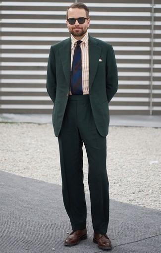 Темно-зеленый костюм: с чем носить и как сочетать: Несмотря на то, что этот ансамбль кажется весьма выдержанным, лук из темно-зеленого костюма и светло-коричневой классической рубашки в вертикальную полоску всегда будет нравиться стильным молодым людям, неизменно пленяя при этом сердца представительниц прекрасного пола. Если сочетание несочетаемого привлекает тебя не меньше, чем безвременная классика, дополни этот ансамбль темно-коричневыми кожаными брогами.