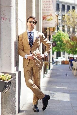 Оливковые солнцезащитные очки: с чем носить и как сочетать мужчине: Светло-коричневый костюм и оливковые солнцезащитные очки — уместное лук из и для вечернего свидания с возлюбленной в кино или кафе, и для похода на выставку с ней же. Хочешь привнести в этот лук немного классики? Тогда в качестве дополнения к этому ансамблю, стоит выбрать черные кожаные броги.