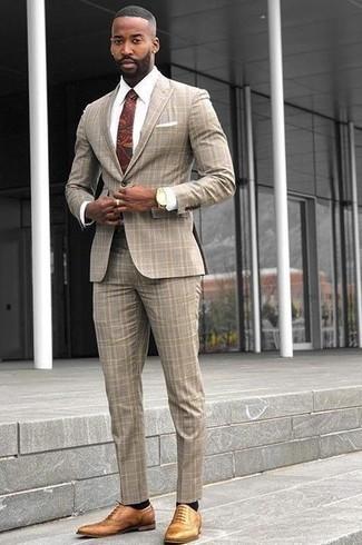 Золотые часы: с чем носить и как сочетать мужчине: Бежевый костюм в шотландскую клетку и золотые часы — идеальный лук, если ты ищешь расслабленный, но в то же время модный мужской лук. Этот лук обретет новое прочтение в тандеме с светло-коричневыми кожаными брогами.