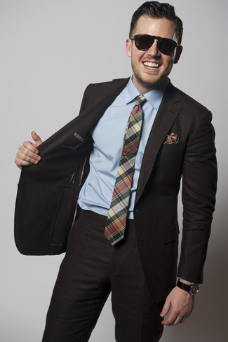 Как и с чем носить: темно-коричневый костюм, голубая классическая рубашка, зеленый галстук в шотландскую клетку, красный нагрудный платок с принтом