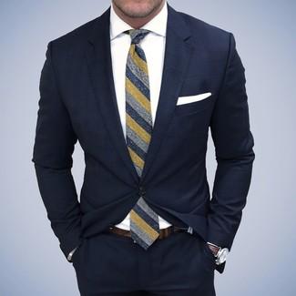 Модный лук: Темно-синий костюм, Белая классическая рубашка, Темно-синий галстук в вертикальную полоску, Белый нагрудный платок