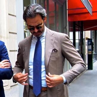 Как и с чем носить: коричневый костюм, голубая классическая рубашка, синий галстук в горошек, коричневый нагрудный платок с принтом