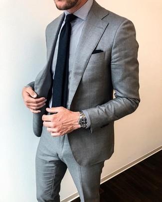 Как и с чем носить: серый костюм, серая классическая рубашка в вертикальную полоску, черный шерстяной галстук, черный нагрудный платок