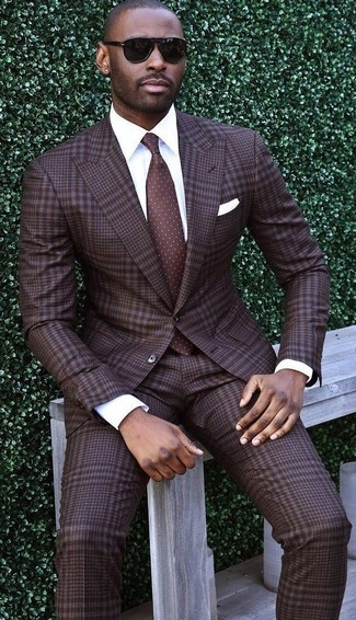 Как и с чем носить: темно-коричневый костюм в шотландскую клетку, белая классическая рубашка, темно-коричневый галстук в горошек, белый нагрудный платок
