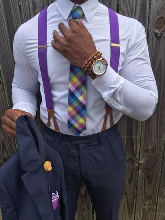 Как и с чем носить: темно-серый костюм, белая классическая рубашка, разноцветный галстук в шотландскую клетку, пурпурный нагрудный платок