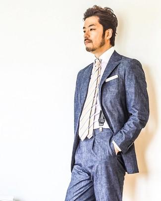 Как и с чем носить: темно-синий костюм, белая классическая рубашка, бежевый галстук в вертикальную полоску, белый нагрудный платок