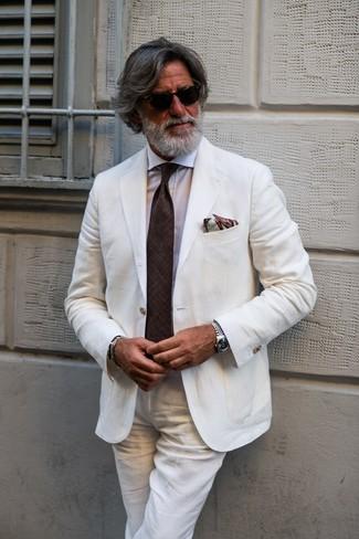 Как и с чем носить: белый льняной костюм, белая классическая рубашка, темно-коричневый галстук, коричневый нагрудный платок с принтом