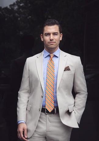 Как и с чем носить: бежевый костюм, голубая классическая рубашка из шамбре, оранжевый галстук в горизонтальную полоску, темно-красный нагрудный платок с принтом