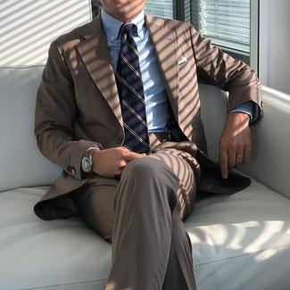 Как и с чем носить: коричневый костюм, голубая классическая рубашка в вертикальную полоску, темно-синий галстук в вертикальную полоску, белый нагрудный платок