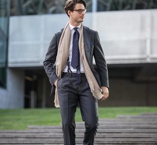 Как и с чем носить: темно-серый костюм, белая классическая рубашка, темно-синий галстук с принтом, темно-синий нагрудный платок