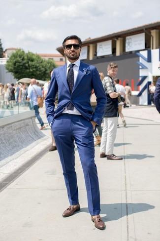 Такое сочетание синего костюма и темно-сине-белого галстука в горошек можно надеть и на деловой обед, и на неофициальное мероприятие. И почему бы не разнообразить лук с помощью коричневых кожаных лоферов с кисточками?