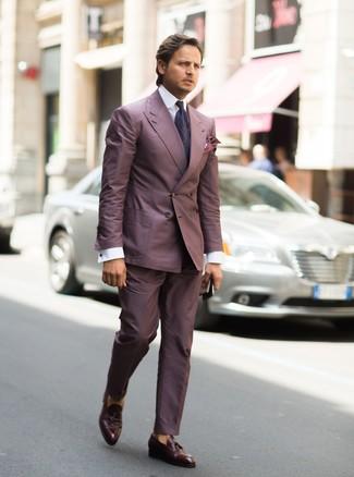 """Как и с чем носить: пурпурный костюм, белая классическая рубашка, темно-коричневые кожаные лоферы с кисточками, темно-пурпурный галстук с """"огурцами"""""""